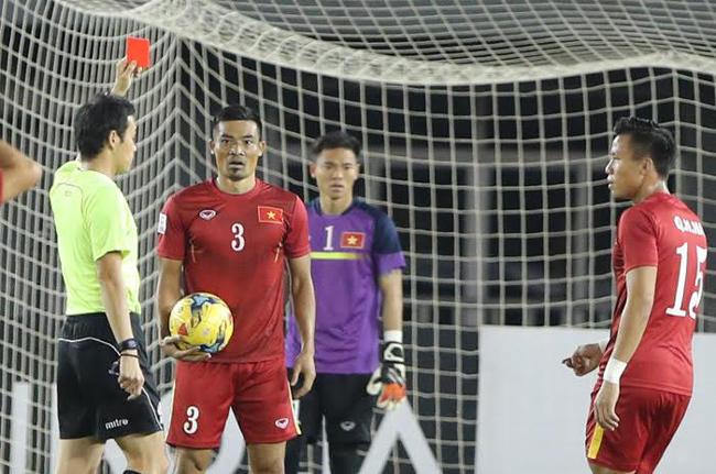 HLV Hữu Thắng bất ngờ 'nhận quà' từ BTC AFF cup