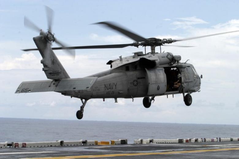 Tàu chiến Iran chĩa súng vào trực thăng Mỹ