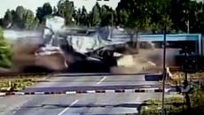 Tàu điện cắt đôi xe container, tài xế thoát chết hy hữu