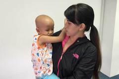 Bố mẹ nợ đầm đìa, con ung thư khó có tiền chữa bệnh