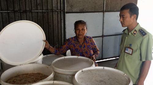 Sản xuất kẹo bánh Tết bên nhà vệ sinh, chuồng gia súc