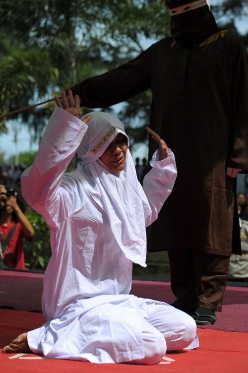Cô gái Indonesia, bị phạt 100 roi vì ngoại tình, đời sống gia đình, hôn nhân tan vỡ, ly hôn, hình phạt