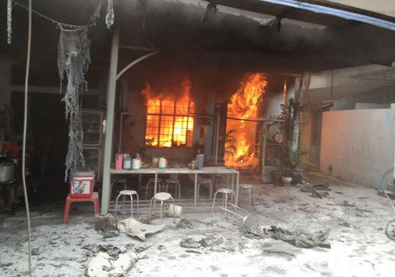 Lái xe đâm sập cửa cứu cả nhà khỏi đám cháy