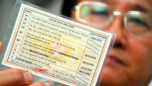 """Buộc người dân đổi giấy phép lái xe còn thời hạn là """"không có cơ sở pháp lý"""""""