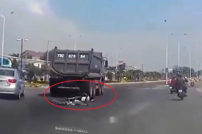 Clip xe tải cán qua người nam sinh lớp 8 ở Vũng Tàu