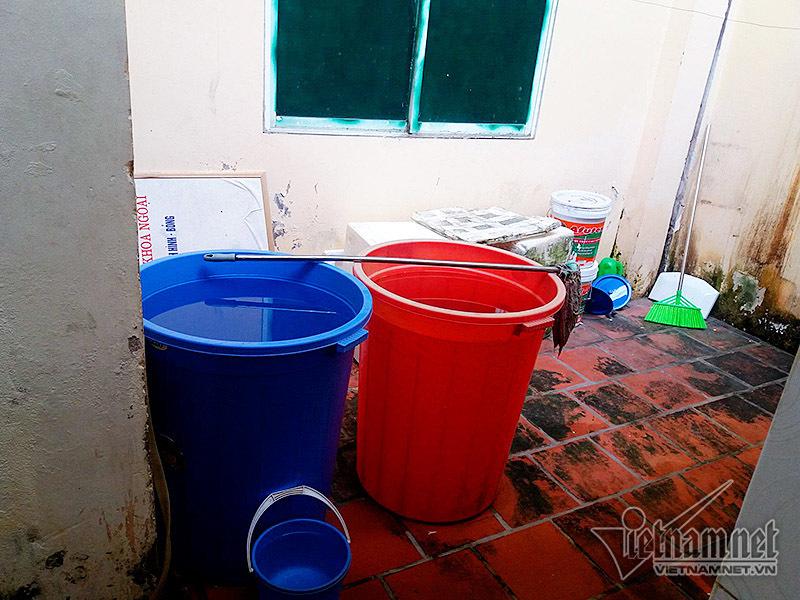 Hà Nội: Bịt mũi, lót gạch đi vệ sinh ở bệnh viện