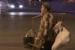 Mẹ già bán rau ngày đêm giúp con trai mua nhà thành phố