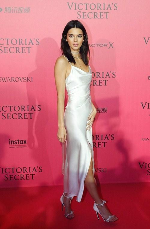 Màn khoe nội y phản cảm trong buổi tiệc hậu Victoria's Secret
