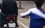 Cách phạt con trốn học chơi game gây tranh cãi: Trói và bắt con chạy bộ theo xe