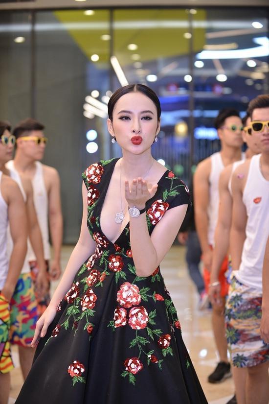 Angela Phương Trinh diện váy hở bạo bất chấp giá lạnh
