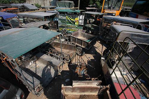 Xe vi phạm biến thành đống sắt vụn giữa lòng Thủ đô