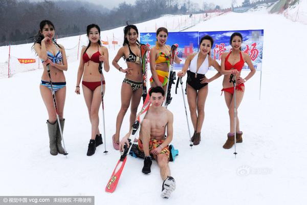 Dàn mẫu diện bikini giữa trời lạnh thu hút khách tới trượt tuyết