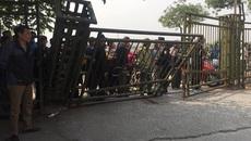 """Cổng bị xô đổ, VFF """"thất thủ"""" trước cơn sốt vé của người hâm mộ"""