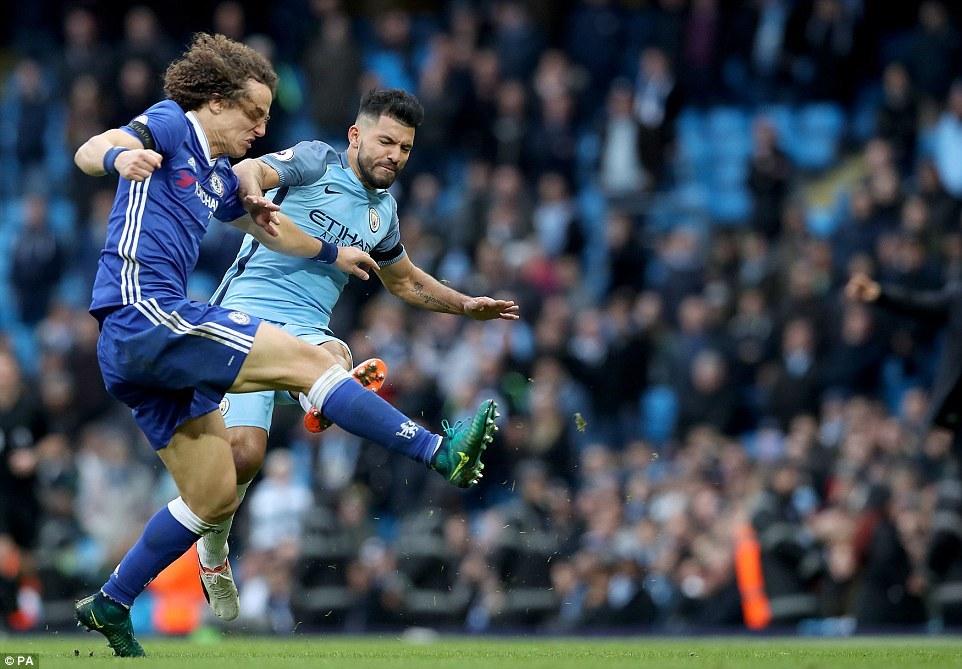 Aguero 'chém' David Luiz, Fernandinho bóp cổ Fabregas