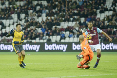 Sanchez lập hat-trick, Arsenal vùi dập West Ham