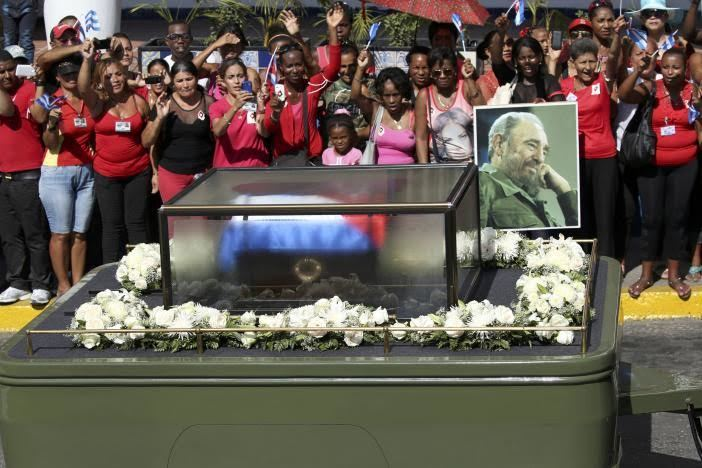 Người dân Cuba tiễn lãnh tụ Fidel Castro về nơi an nghỉ cuối cùng