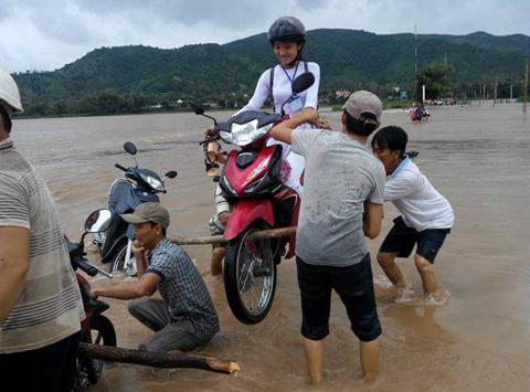4 thanh niên 'vác kiệu' nữ sinh cùng xe máy vượt lũ