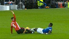 Cận cảnh Marcos Rojo phi hai chân đạp đối thủ