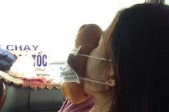 Hành động của người phụ nữ trên xe khách khiến mọi người hiếu kỳ