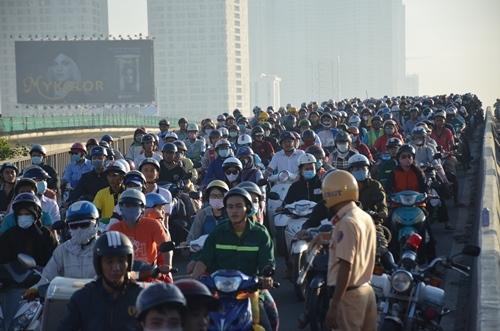 Giao thông cầu Sài Gòn tê liệt 2 giờ do va chạm xe khách