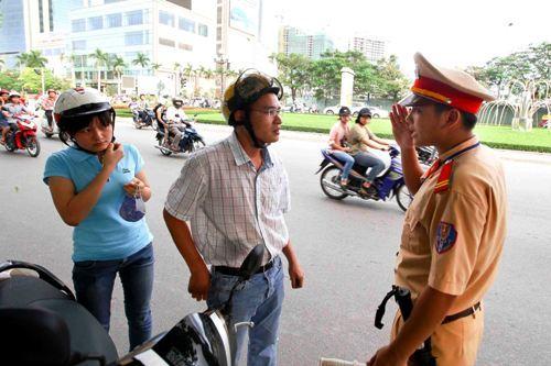 Con trai đi xe mẹ thì có bị phạt xe không chính chủ?