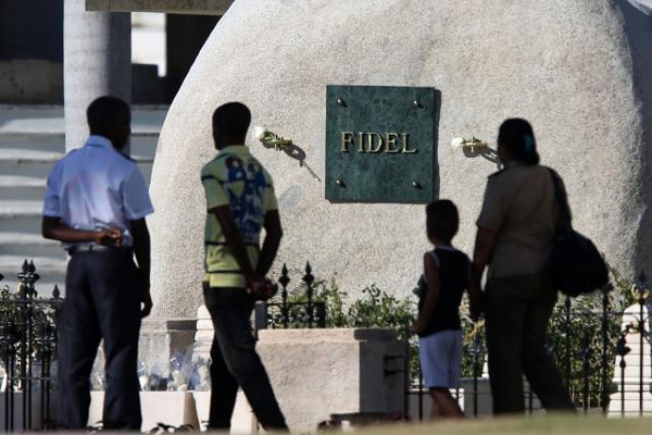 Ngôi mộ bằng đá của lãnh tụ Cuba Fidel Castro