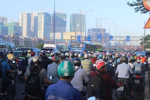 Xe container đâm dải phân cách, cửa ngõ đông Sài Gòn tê liệt