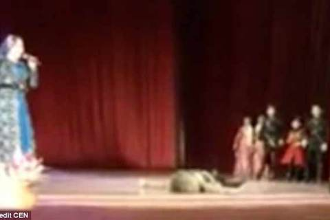 Vũ công đột tử trên sân khấu, khán giả vỗ tay vì tưởng diễn