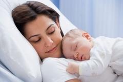 Mách mẹ cách chăm bé yêu 3 tháng đầu đời
