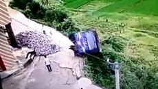 Tài xế bay người thoát chết trước khi ô tô lật xuống vực