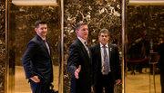 Trump sa thải người tung 'tin vịt' về Hillary