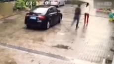 2 kẻ lạ mặt dừng ô tô bắt cóc cô gái giữa phố gây xôn xao