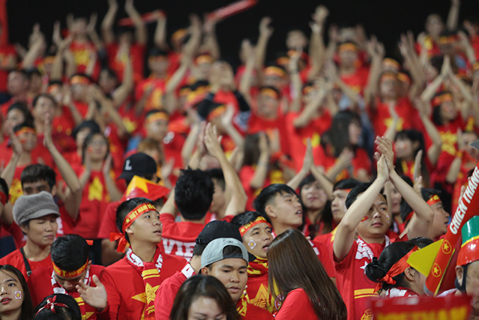 Cựu danh thủ Hồng Sơn bị fan nữ quây 'ngạt thở' trên khán đài