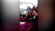 Clip cắt tóc bằng búa và dao chặt gây sốt