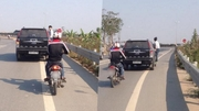 Chàng trai đu bám trên ô tô gần 10km khiến nhiều người sửng sốt