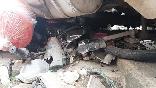 Gào thét dưới gầm xe bồn sau vụ tông xe liên hoàn