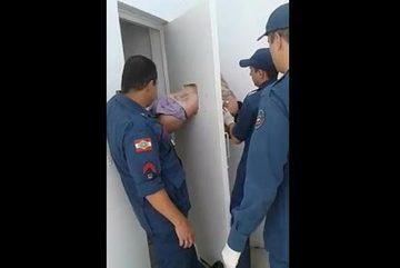 Bi hài cảnh trộm bị mắc kẹt vì cố đào tẩu khỏi đồn cảnh sát
