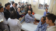 Bộ trưởng: 4 bác sĩ ngồi 1 giường có chịu được không?