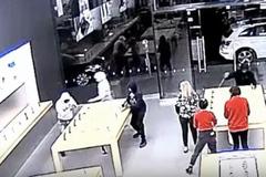 Cướp siêu nhanh tại cửa hàng Apple, cảnh sát cũng choáng