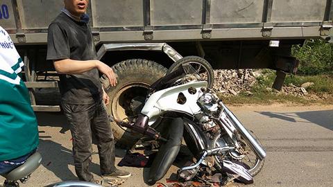 Bị hất văng vào gầm xe tải, nam thanh niên thoát chết thần kỳ