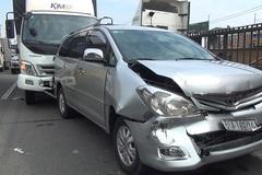6 người khóc thét trong ô tô bị kẹp chặt giữa hai xe tải