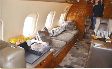 Đại gia bỏ ngàn tỉ mua máy bay siêu sang lái đi gặp bạn học