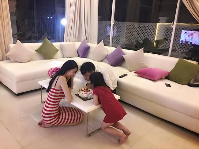 Thuỷ Tiên tổ chức sinh nhật giản dị cho Công Vinh