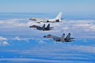 Hàng chục chiến cơ Mỹ, Nhật, Trung vờn nhau