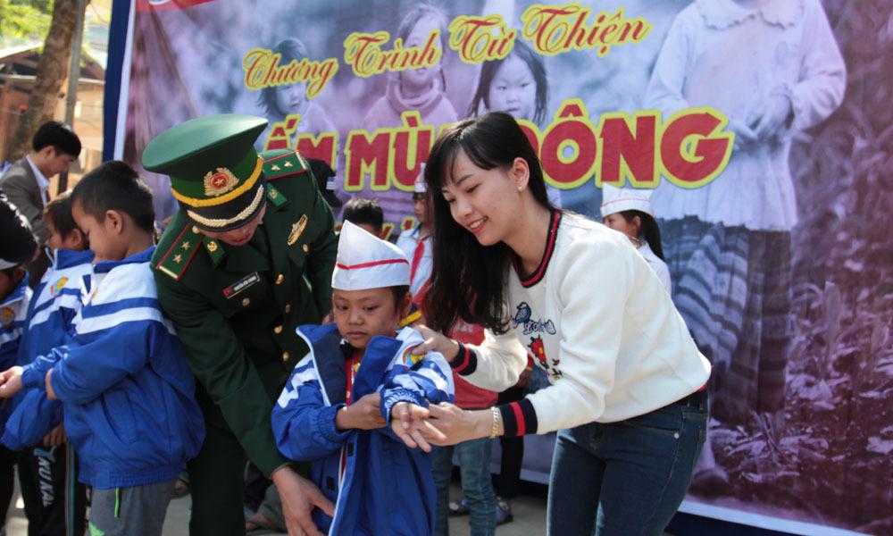 Hơn 1.000 áo ấm đến với học sinh vùng biên giới