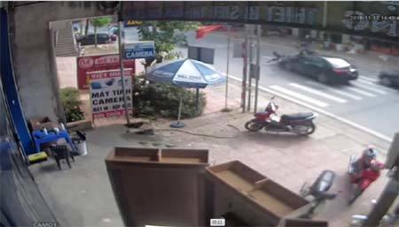 Ô tô đi lấn làn, hất tung người đi xe máy lên cao