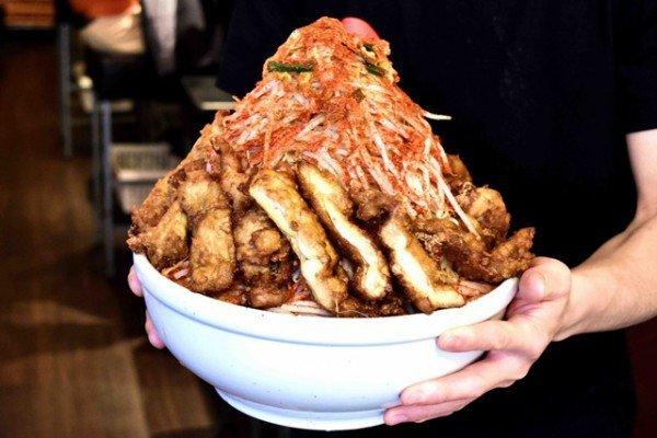 Nhà hàng 'treo thưởng' gần 10 triệu cho thực khách 'xơi' hết tô mỳ khổng lồ