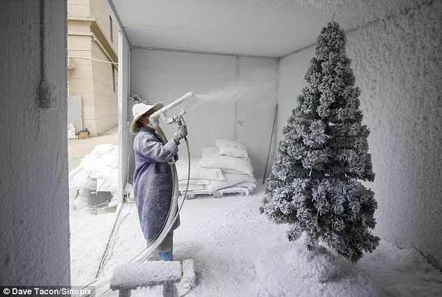 Góc khuất ở nơi làm đồ Giáng sinh lớn nhất thế giới