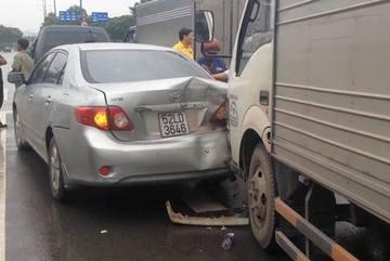 Ùn tắc trước hầm Thủ Thiêm sau vụ tông xe liên hoàn
