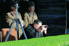 Jong Un chỉ đạo diễn tập đánh Hàn, 'Nhà Xanh' khói lửa mịt mù